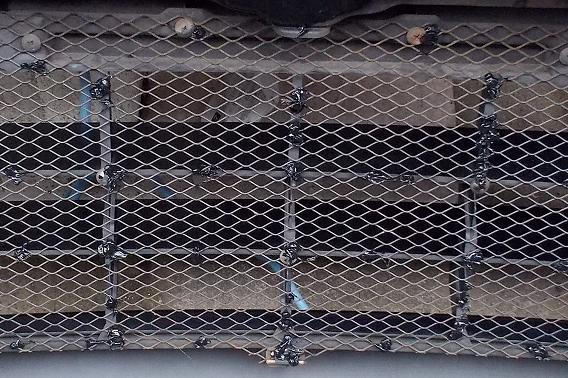 フロントグリル金網の防振対策